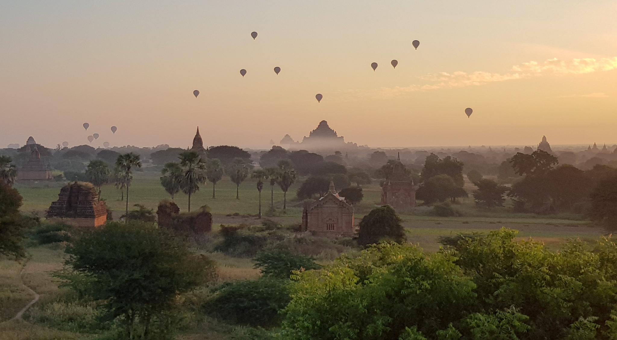 Sonnenaufgang in Bagan mit Ballons