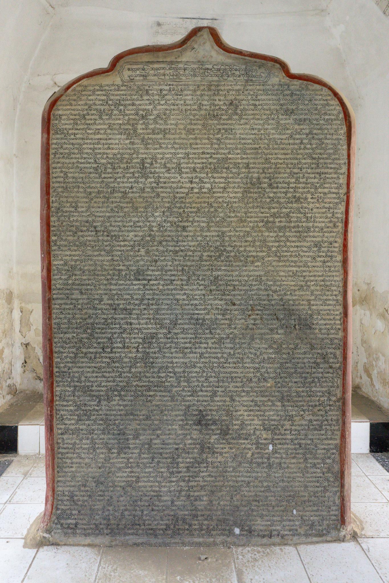 Die Lehre Buddhas in einer Steintafel verewigt