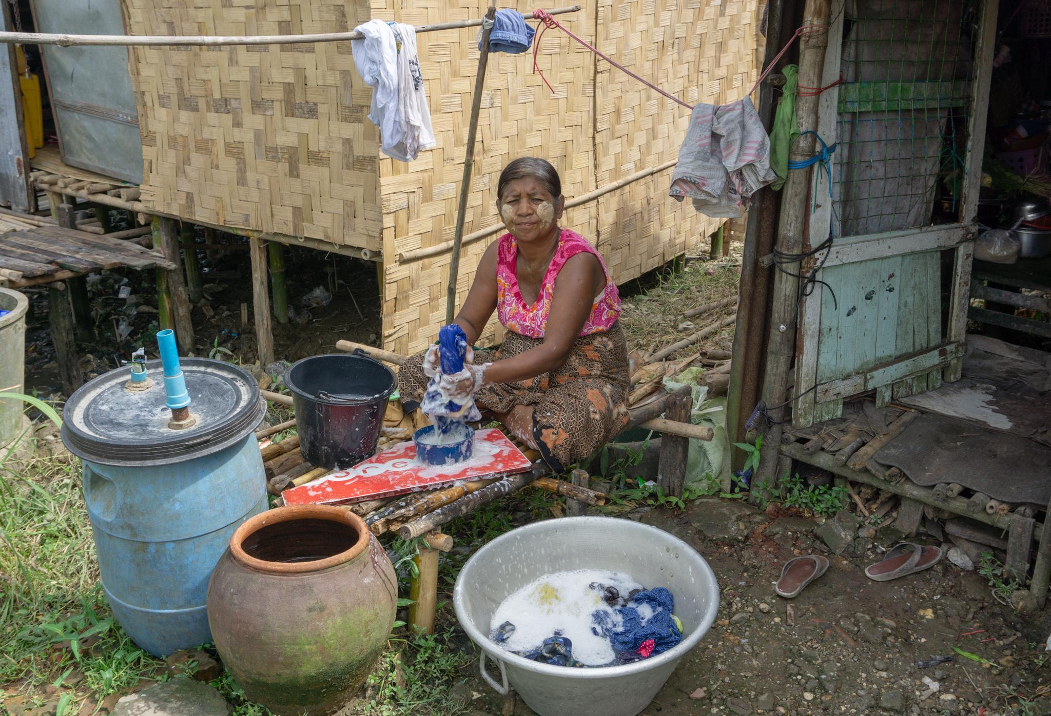 Frau wäscht Kleidung in Myanmar