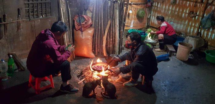 Gemeinsames Kochen an der Feuerstelle