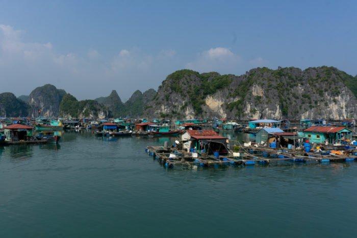Schwimmende Dorf in der Halong Bucht