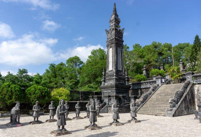 Soldaten vor dem Grabmal von Kaiser Khai Dinh
