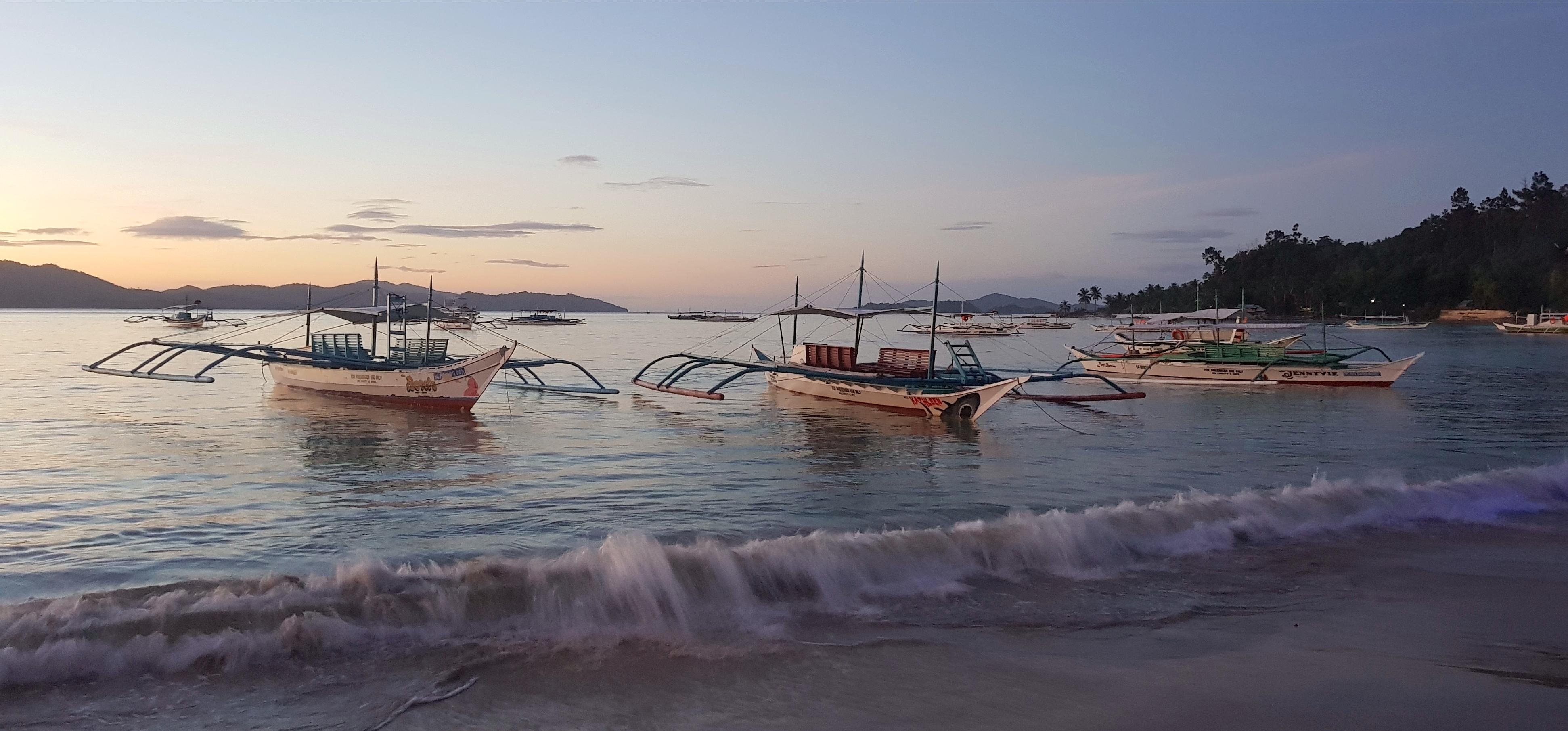 Sonnenuntergang mit Schiffen im Meer in Port Barton