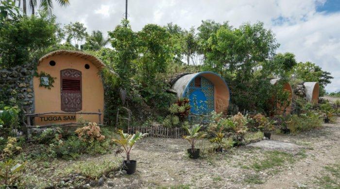 Hobbit Häuser im Kamp Aninipot auf Siquijor