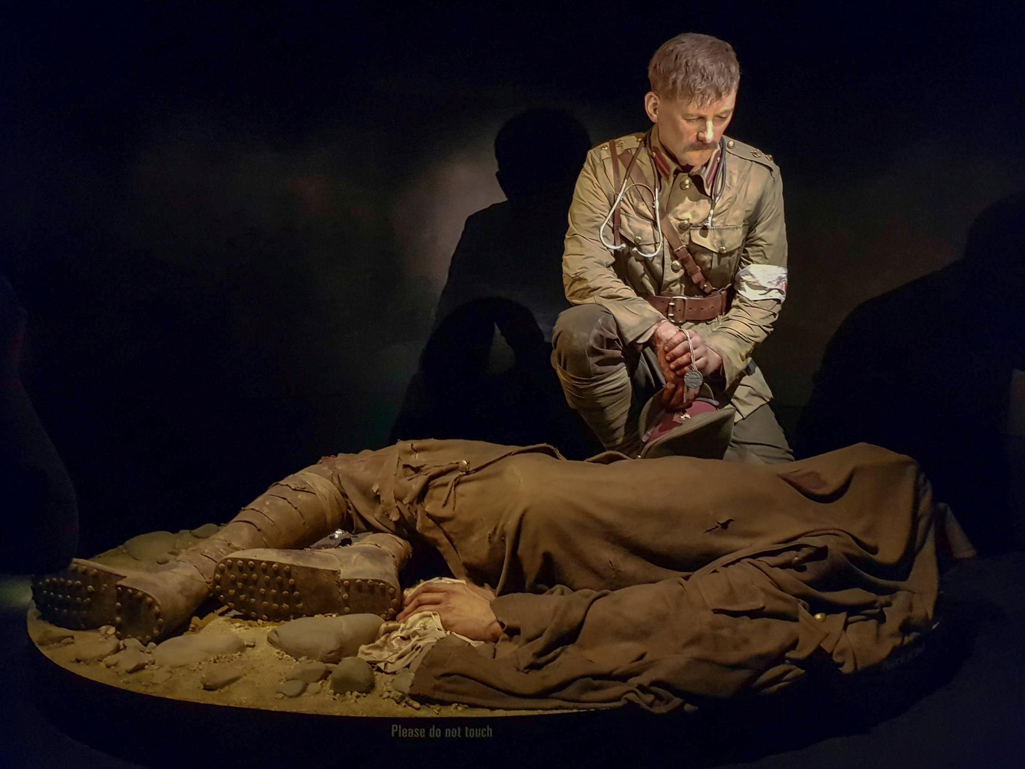 Te Papa - Arzt kniet über totem Soldaten