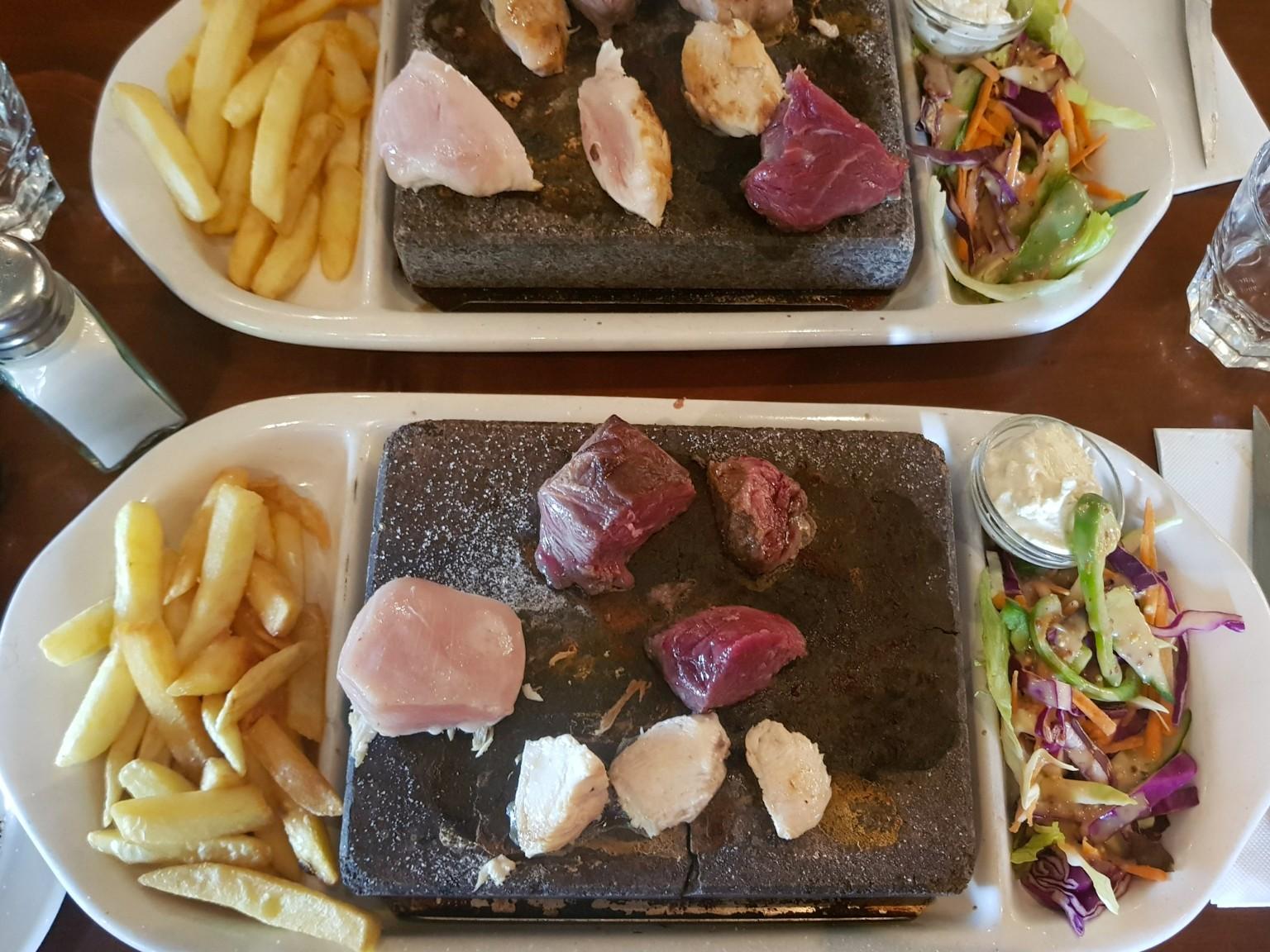 Fleisch auf heißem Stein im Café Mackenzie